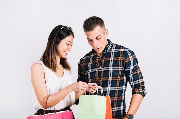 Concepto de compras con pareja mirando en bolsa