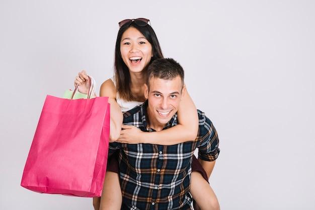 Concepto de compras con pareja moderna