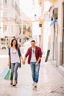 Concepto de compras con pareja sujetando manos