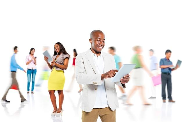 Concepto de la comunicación del dispositivo de digitaces de la gente de la diversidad