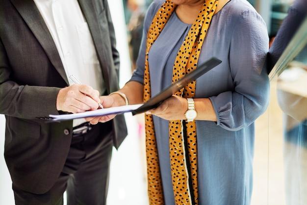 Concepto de comunicación de personas de negocios juntos