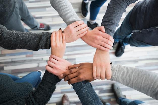 Concepto de comunidad con manos de personas