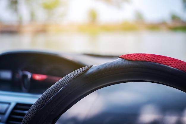Concepto de conducción, conducción de un coche en la carretera