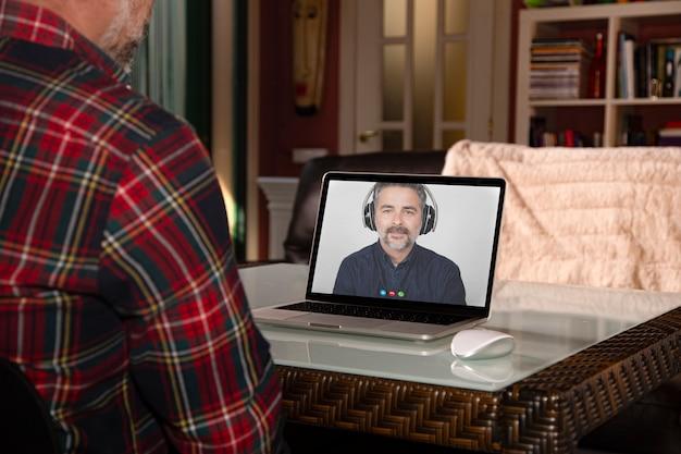 Concepto de conexión de chat de video de amigos utilizando una plataforma tecnológica durante el aislamiento de cuarentena.