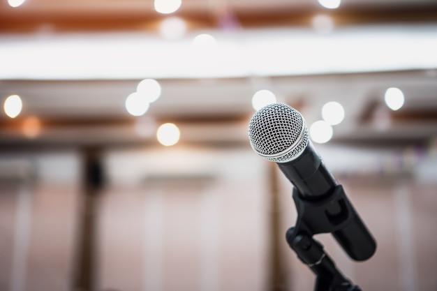 Concepto de conferencia de seminario micrófonos para hablar o hablar en la sala de conferencias del seminario