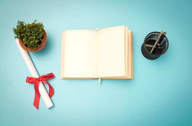 Concepto de conocimiento y sabiduría, libro y certificado de educación terminado en vintage azul b