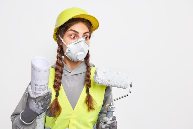Concepto de construcción y renovación de reparación. contratista femenina calificada ocupada sorprendida