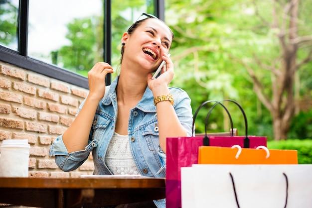 Concepto del consumismo del cliente del gasto de las compras de la mujer