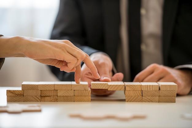 Concepto de cooperación y trabajo en equipo empresarial