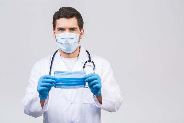 Concepto de coronavirus. el doctor del hombre pone la máscara médica aislada. pandemia de gripe covid-19.