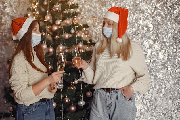 Concepto de coronavirus y navidad.