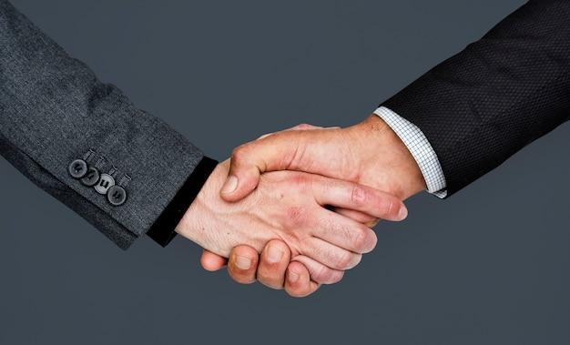 Concepto corporativo del apretón de manos de manos humanas