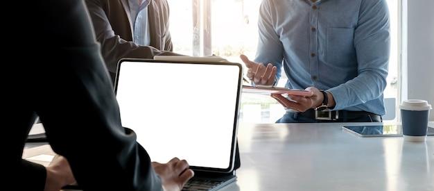 Concepto corporativo de discusión de conferencia de reunión de jóvenes de empresarios