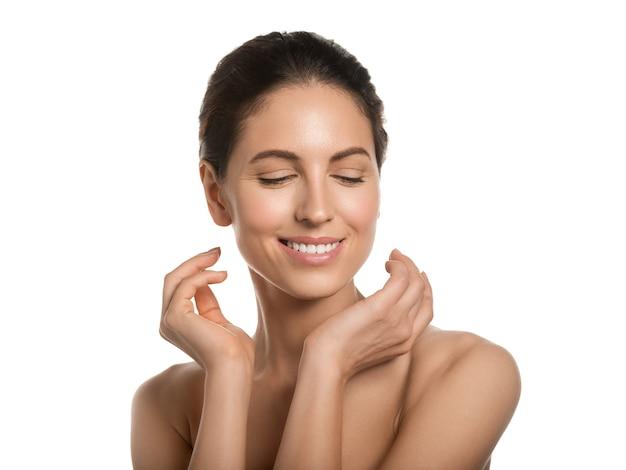 Concepto cosmético de la cara de la belleza de la piel sana de la mujer hermosa que toca su cara. aislado en blanco