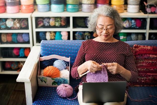 Concepto de costura casual de la bufanda de knit needlecraft que hace punto