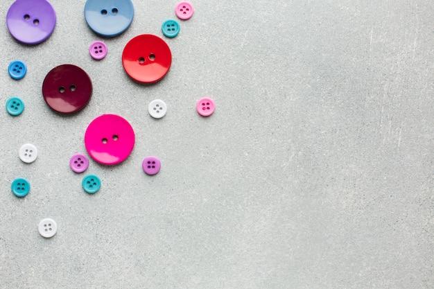 Concepto de costura con vista superior de botones coloridos