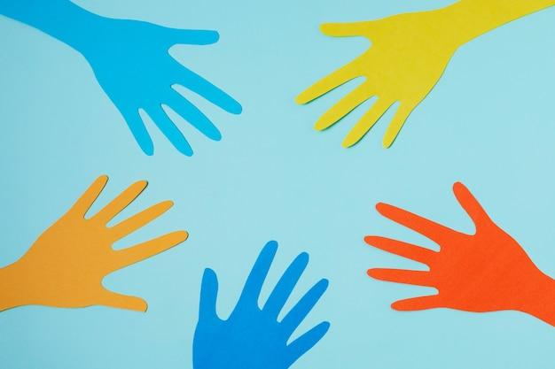 Concepto de covid con manos de colores
