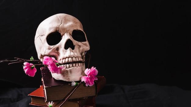 Concepto, con, cráneo, y, flores