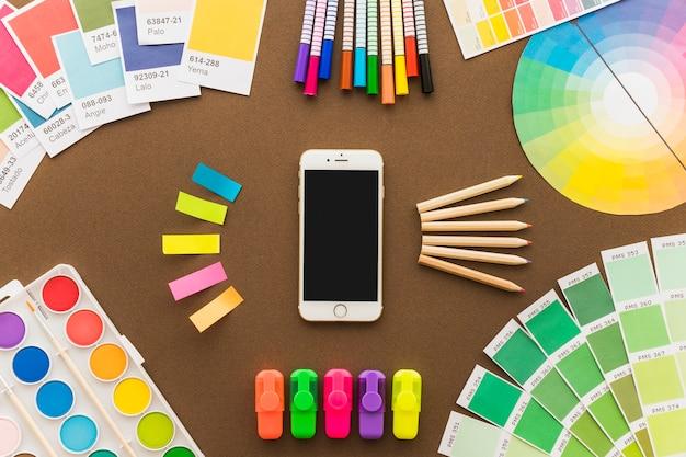 Concepto de creatividad con smartphone y bolígrafos