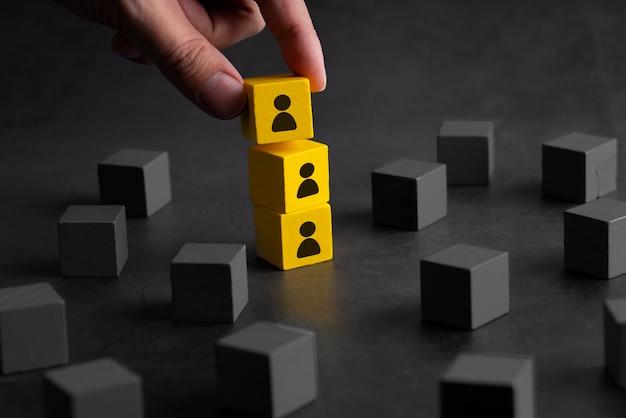 Concepto creativo de cubo de rompecabezas de negocios y recursos humanos