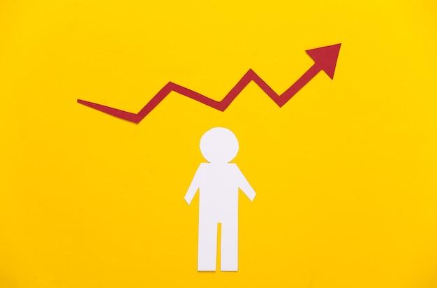 Concepto de crecimiento profesional. tema empresarial. hombre de papel con una flecha de crecimiento en amarillo. ascenso económico