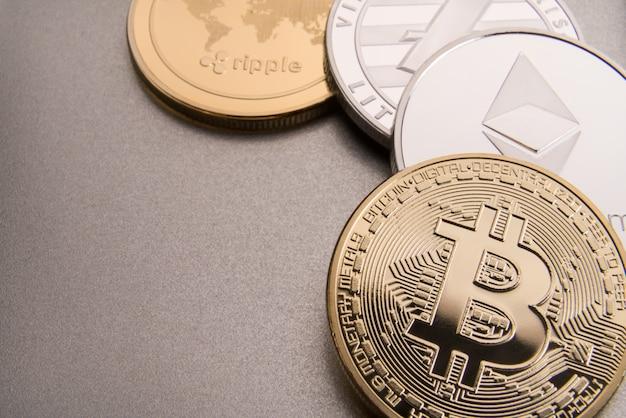Concepto de criptomoneda bitcoin, btc, ethereum, litecoins, monedas de oro y plata