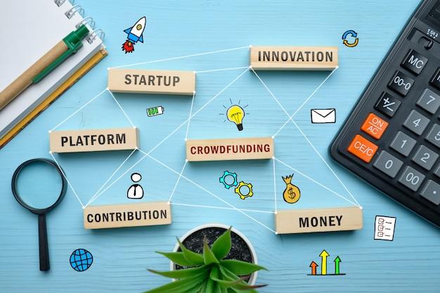 Concepto de crowdfunding: bloques de madera con inscripciones de entrenamiento, aprendizaje, habilidad, enseñanza.