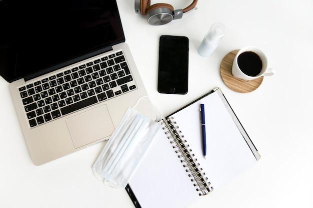 Concepto de cuaderno y bolígrafo de escritorio