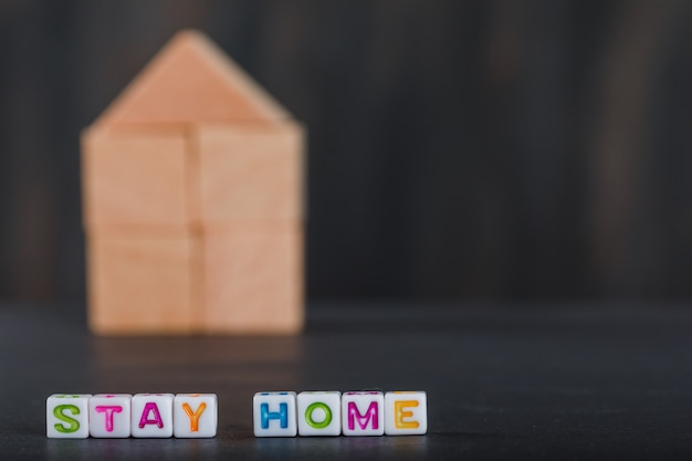 Concepto de cuarentena en casa con hogar de madera, cubos blancos grises.