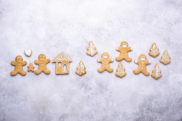 Concepto de cuarentena navideña de galletas de jengibre. quédate en casa y usa mascarilla