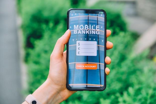 Concepto de cuenta corriente en una aplicación de interfaz de banca móvil para teléfonos inteligentes en la mano