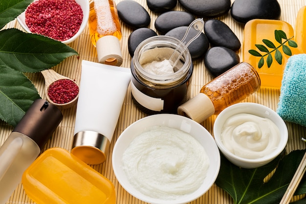 Concepto del cuidado de belleza del balneario. hermoso conjunto de productos de spa para el cuidado. spa productos vista desde arriba.