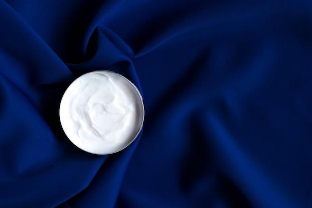 Concepto de cuidado facial cosmético. crema hidratante de lujo para pieles sensibles, cosméticos de spa y productos naturales para el cuidado de la piel.