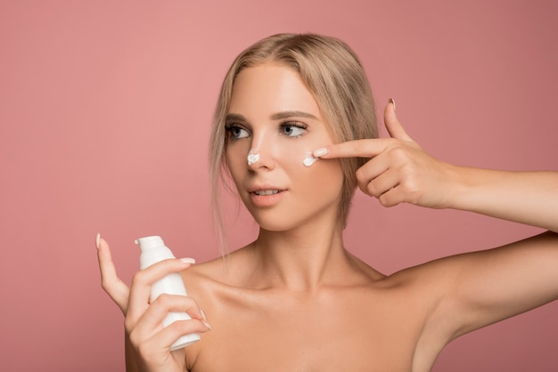 Concepto de cuidado facial con mujer atractiva