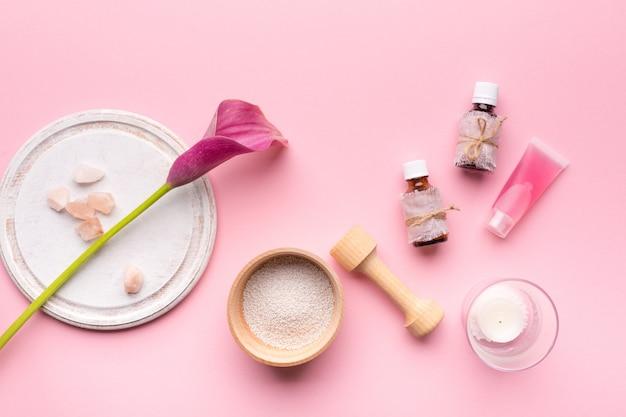 Concepto de cuidado de la piel. botellas con aromas y flores.
