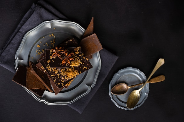 Concepto culinario con diferentes tipos de chocolate.