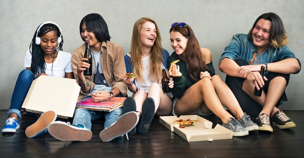 Concepto de la cultura de juventud de la actividad de la pizza de la unión de la gente