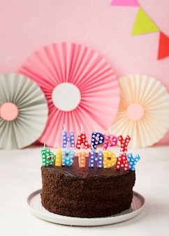 Concepto de cumpleaños con pastel de chocolate y adornos
