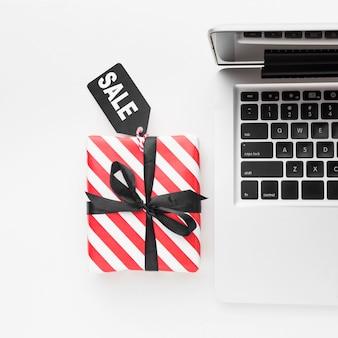 Concepto de cyber monday de caja de regalo de tecnología de vista superior