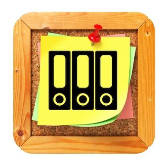Concepto de datos en etiqueta amarilla en tablero de mensajes de corcho.