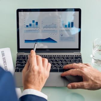 Concepto de los datos del informe de la carta del gráfico de la reunión de reflexión del negocio