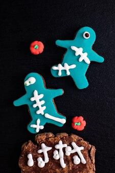 Concepto de alimentos galletas de azúcar hechas en casa del monstruo de lujo para la fiesta o la fiesta de halloween