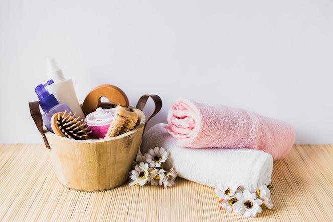 Concepto de belleza con cubo y toallas