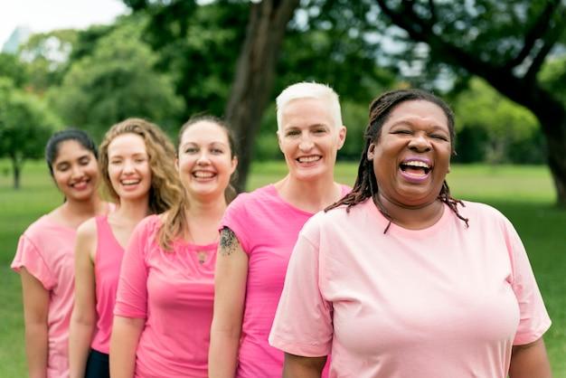 Concepto de caridad de apoyo de cáncer de mama de mujeres