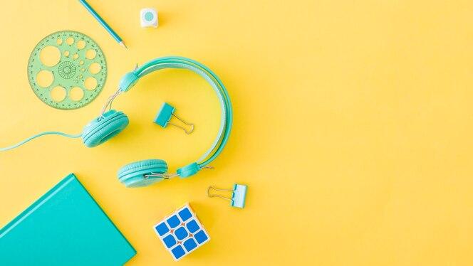Concepto de dispositivos coloreados y equipamiento escolar