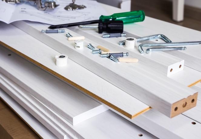 Concepto de montaje de muebles de herramienta y madera blanca