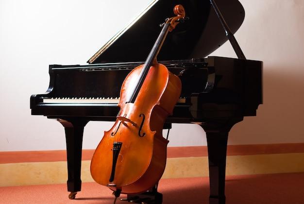 Concepto de música clásica: violín apoyado en un piano