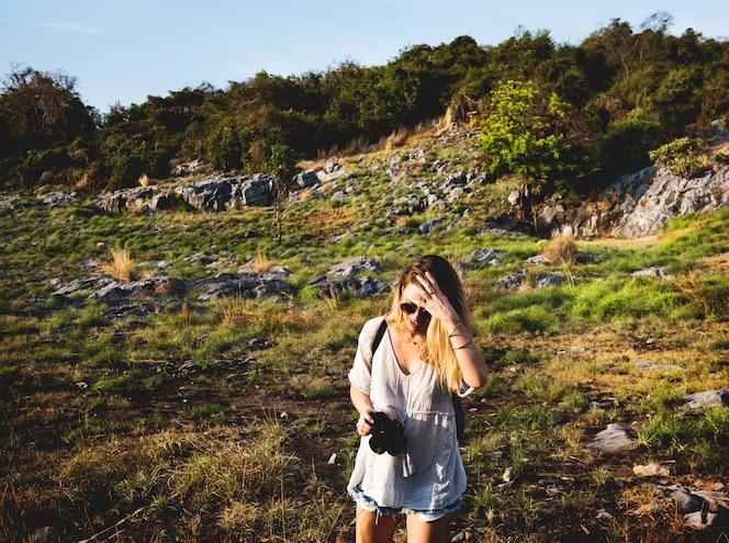 Concepto de naturaleza de viaje de mujer joven