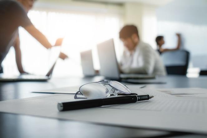 Concepto de negocio con copia espacio. mesa de escritorio de oficina con enfoque de pluma y análisis de gráfico, computadora, bloc de notas, taza de café en el tablero desk.vintage retro filtro, enfoque selectivo.