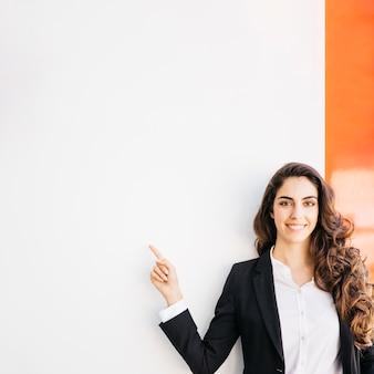 Concepto de presentación con mujer de negocios feliz